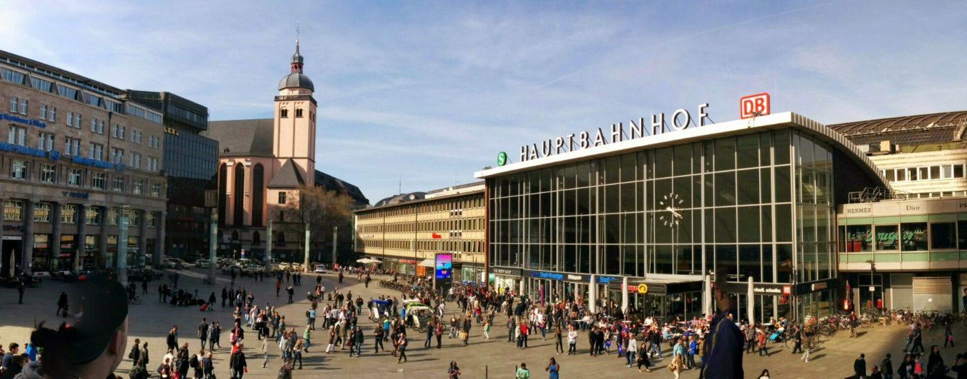 Ein Panoramabild zum Bahnhofsvorplatz von Köln Hauptbahnhof.