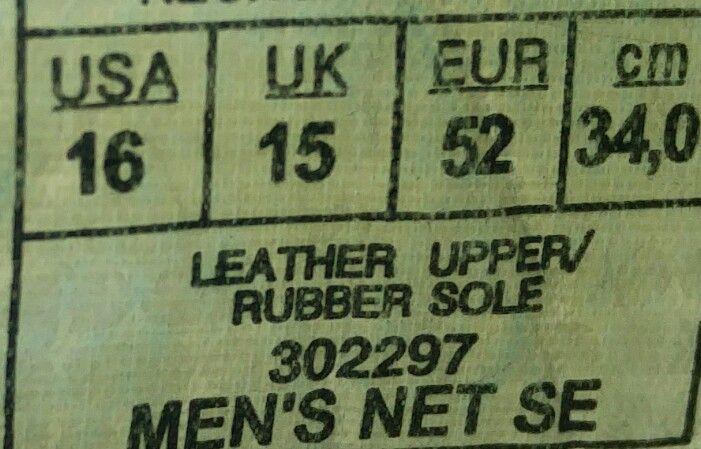 Das Etikett von Schuhen in Größe 52.