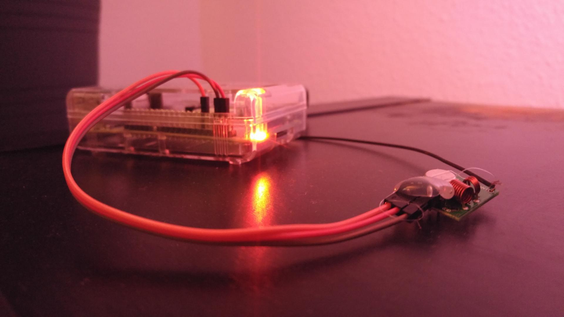Ein Raspberry Pi Minicomputer mit einem Funkmodul, um Funksteckdosen zu steuern.