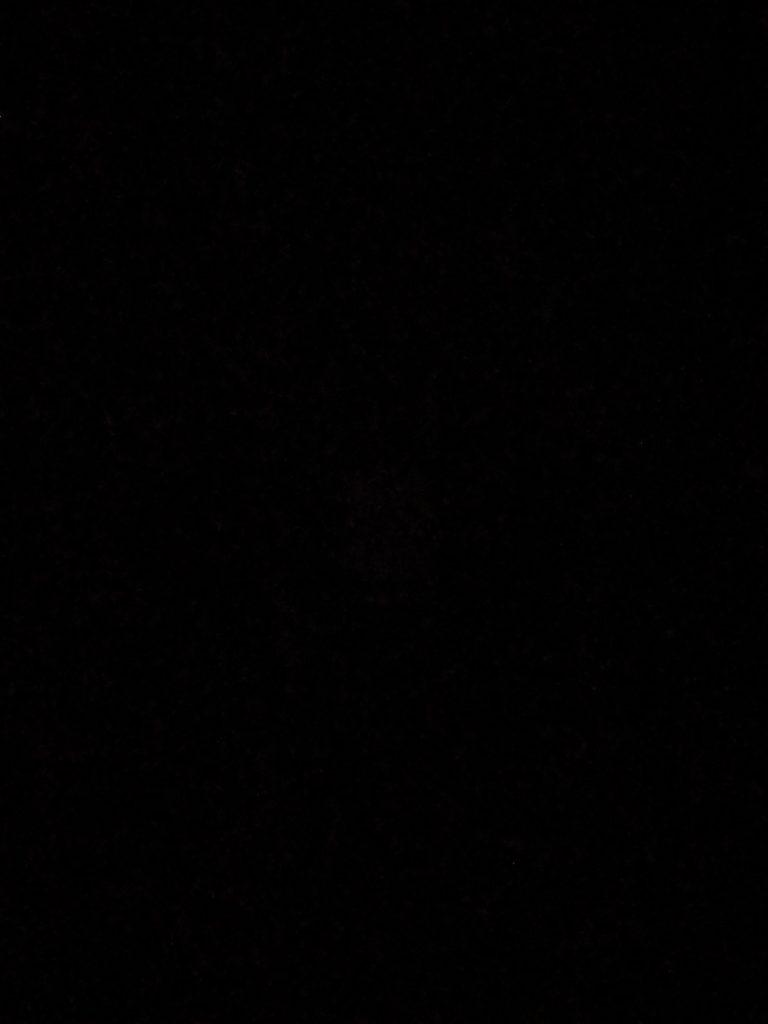 Ein Bild mit der normalen Kamera bei fast vollständiger Dunkelheit.