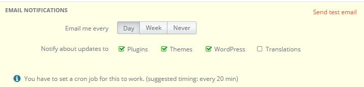 In den Einstellungen von InfiniteWP lässt sich festlegen, in welchem Turnus über Updates in WordPress per E-Mail informiert werden soll. Außerdem kann eingestellt werden, auf welche Updates geprüft werden soll, also WordPress, Plugins, Themes und Translations.